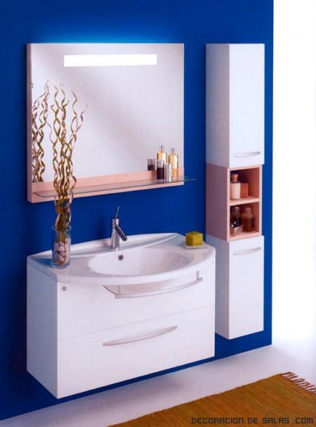 Muebles de baño colgados en la pared