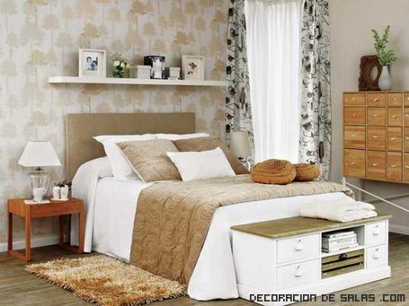 Dormitorio con edredón blanco