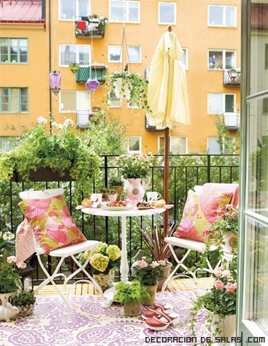 balcones con flores y macetas