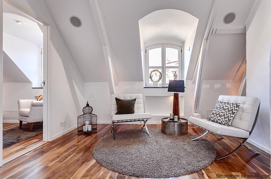 muebles blancos y suelos de madera