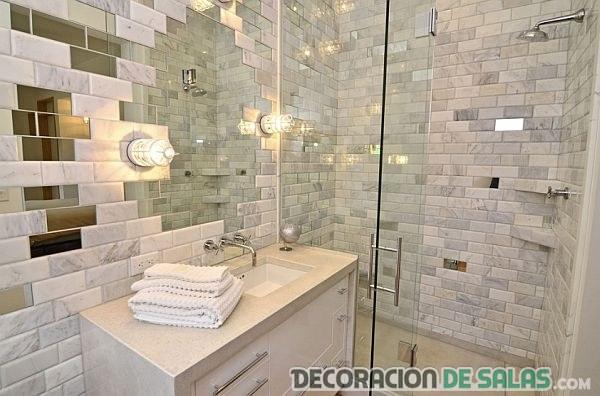 alicatado de baño con azulejos y espejo