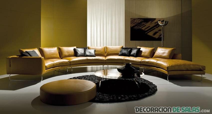 amplio sofá en salón elegante
