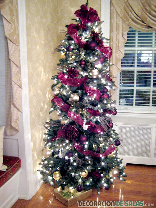 árbol decorado en morado