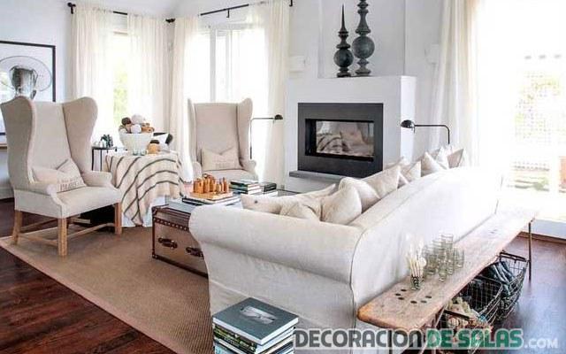 banco de madera detrás del sofá