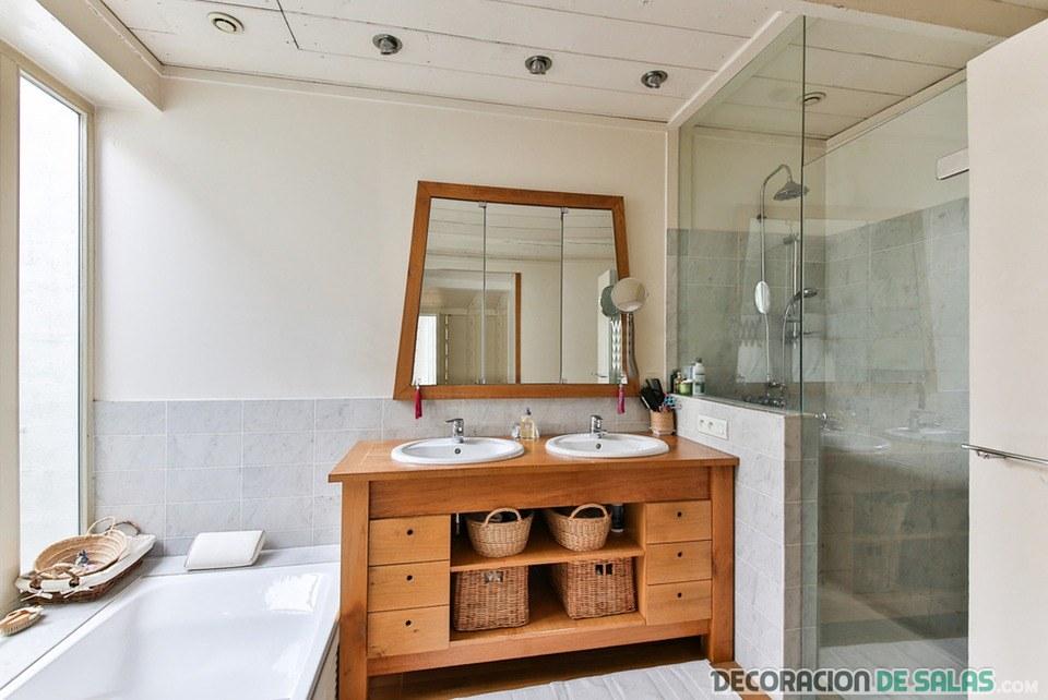 baño con almacenamiento en madera