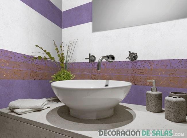 baño con azulejos en colores