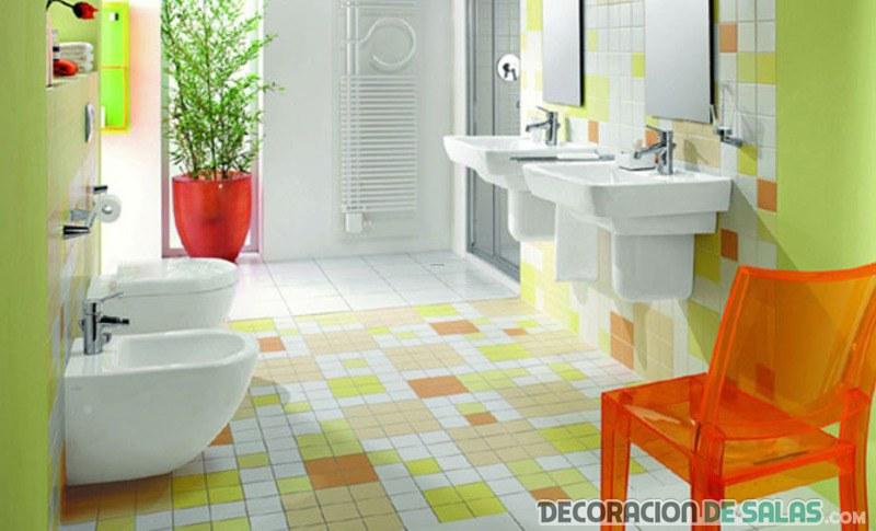 baño con azulejos y baldosas en color