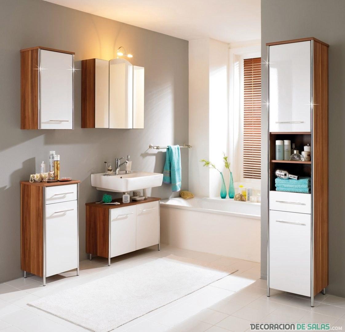 baño con varios muebles auxiliares