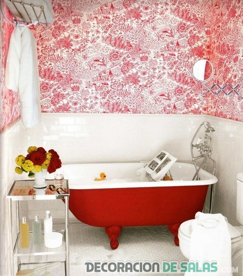 baño decorado en color rojo