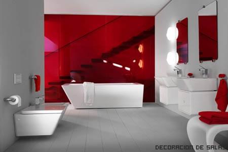 Baño blanco y rojo