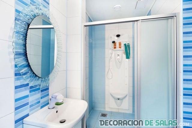 baños con azulejos en azul