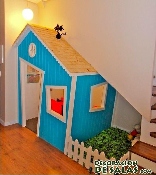 casa azul bajo las escaleras