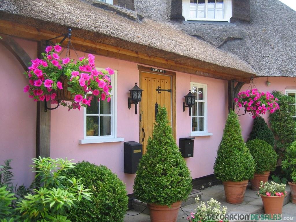 casa pintada de color rosa