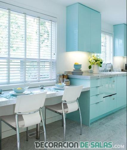 cocina amplia con mesa blanca