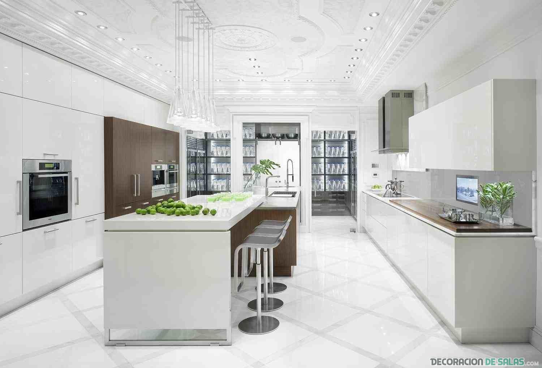 cocina blanca con techos y suelos