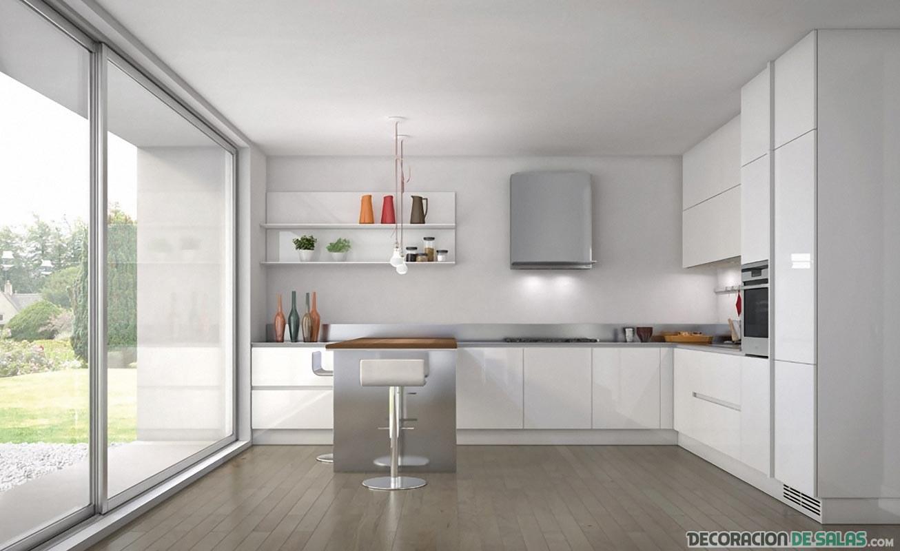 cocina blanca con ventana amplia