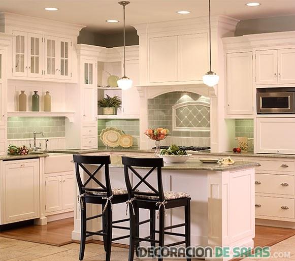 cocina blanca pequeña y rústica