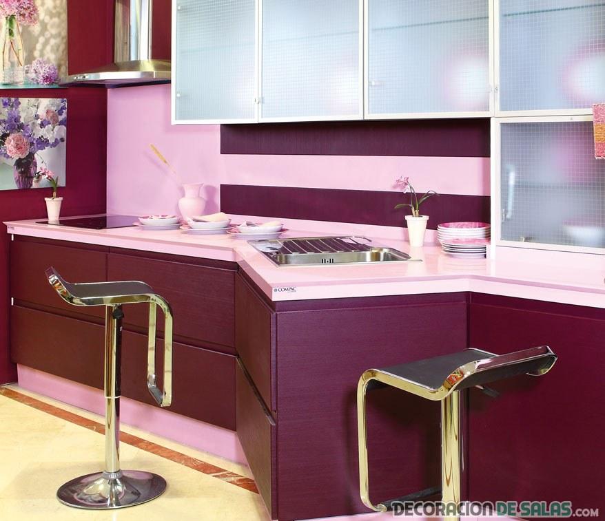 cocina combinada en berenjena y rosa