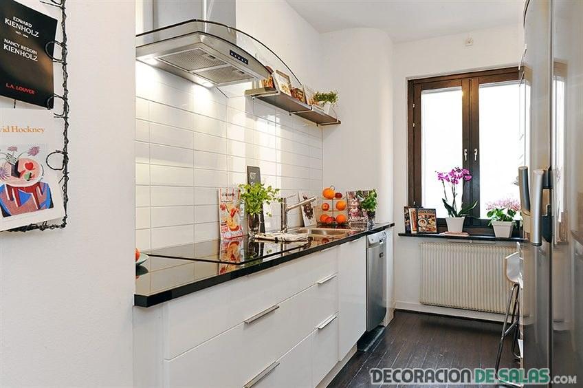 cocina con azulejos pintados en blanco