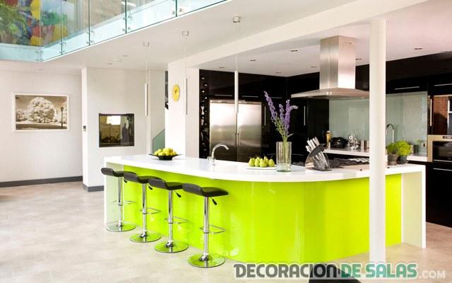 cocina con barra verde flúor