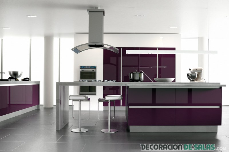 cocina con muebles en color ciruela