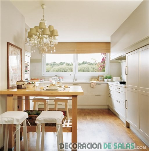 cocina con office en la pared