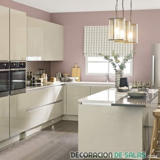 cocina con pared rosa claro