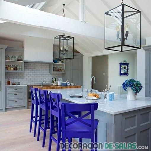 cocina con sillas en color