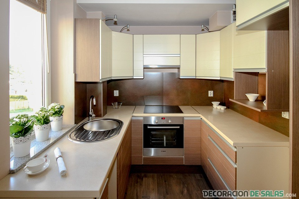 cocina cuadrada con poca luz