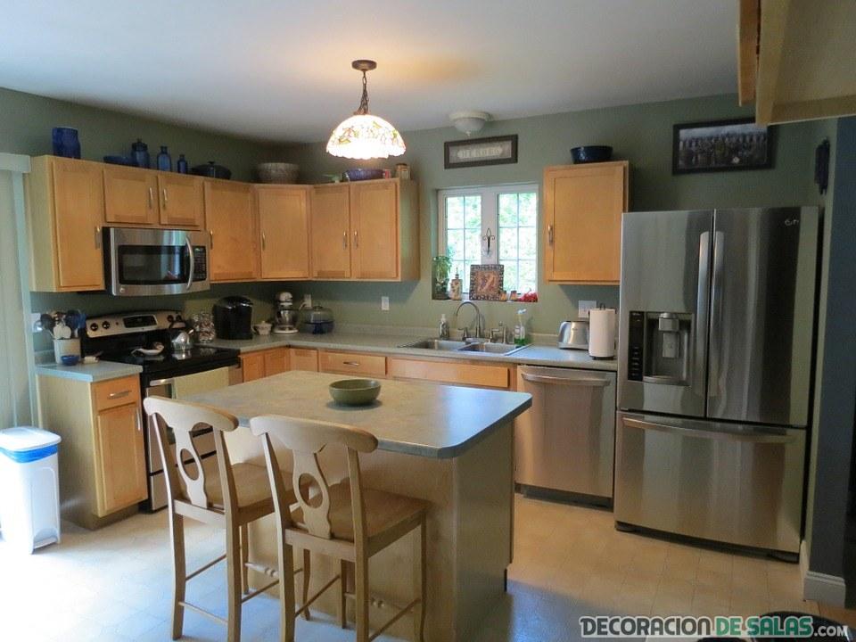 cocina de madera moderna y amplia