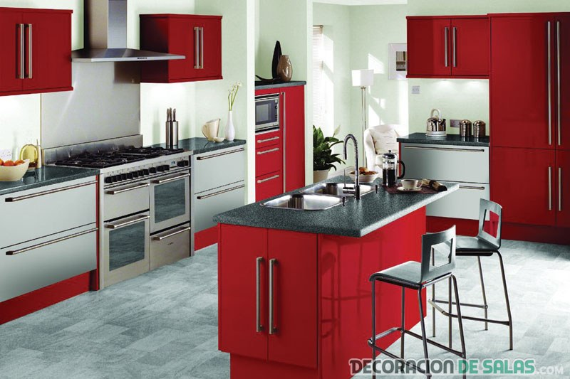 cocina en rojo con isla central
