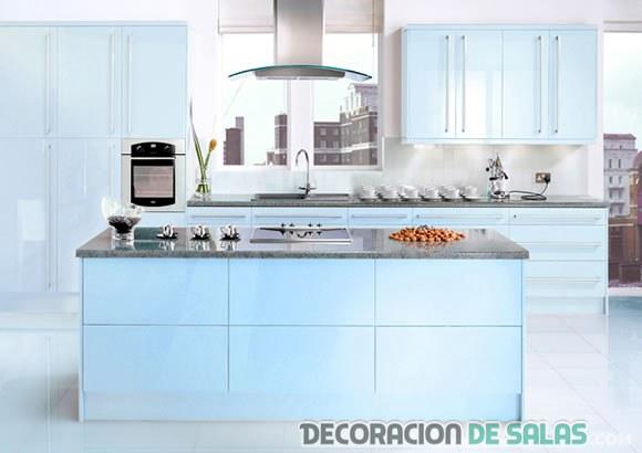 cocina moderna con isla en azul cielo