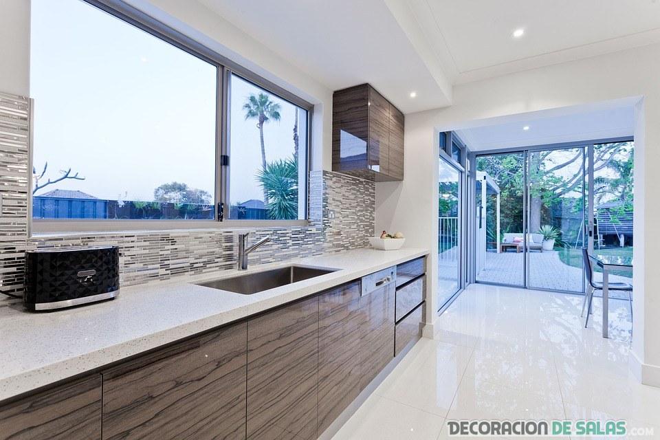 cocina moderna con ventana grande