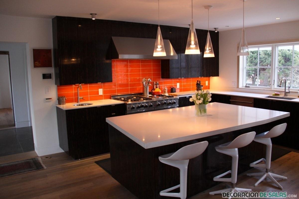cocina naranja, blanca y negra