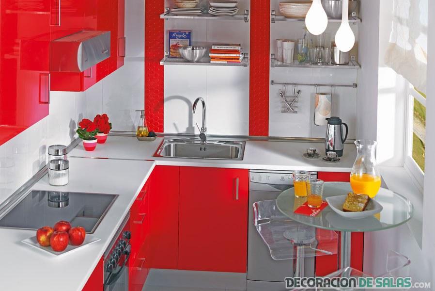 cocina pequeña en color rojo pasión