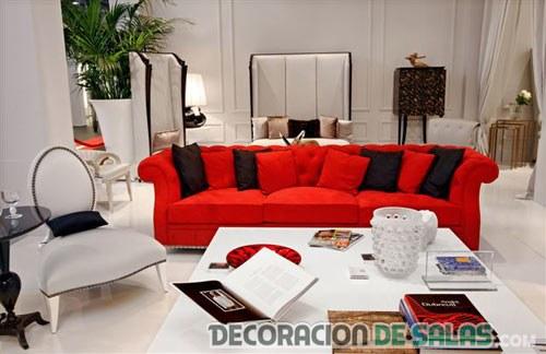 combinar un sofá en rojo