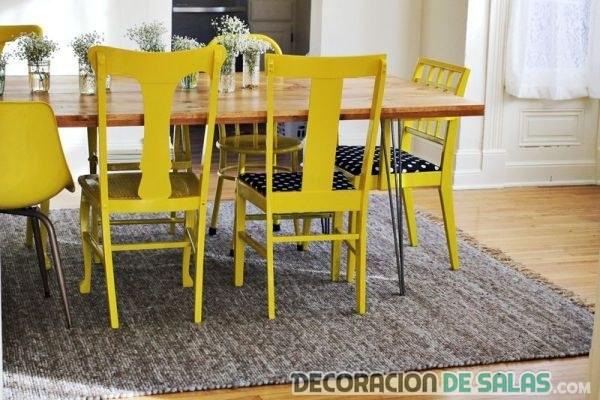 comedor con sillas en amarillo