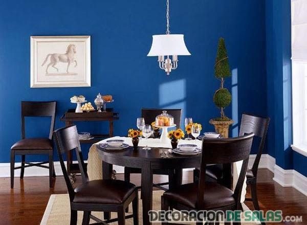 comedor decorado en azul eléctrico