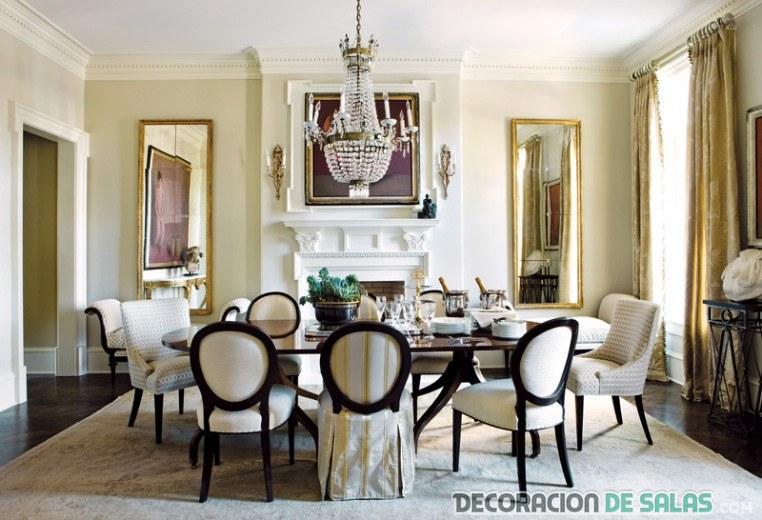 comedor elegante con sillas combinadas