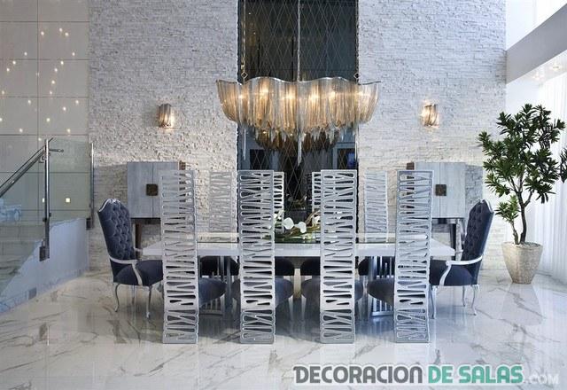 comedor futurista con sillas metalizadas