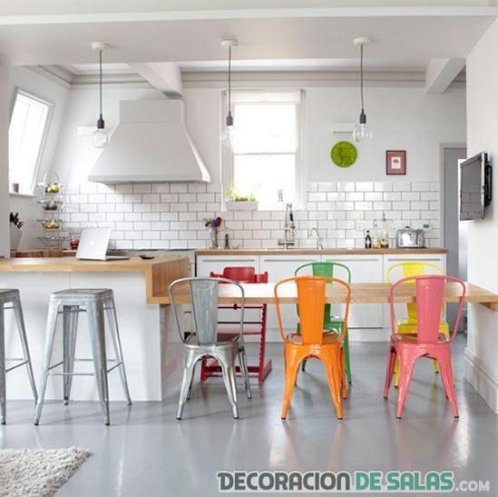 comedor moderno con sillas en colores