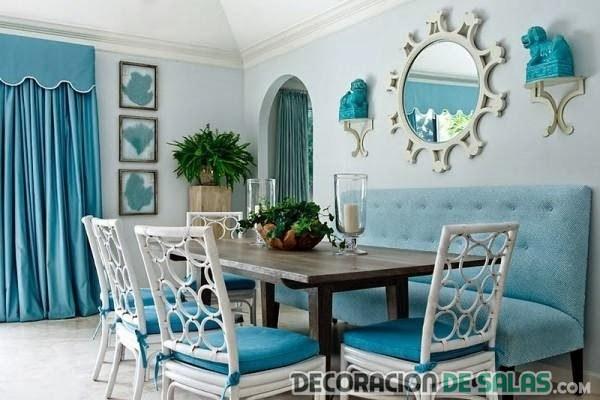 comedor pequeño en azul con sillas blancas