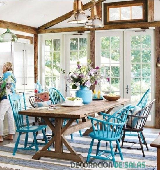 comedor rústico con sillas en azul claro