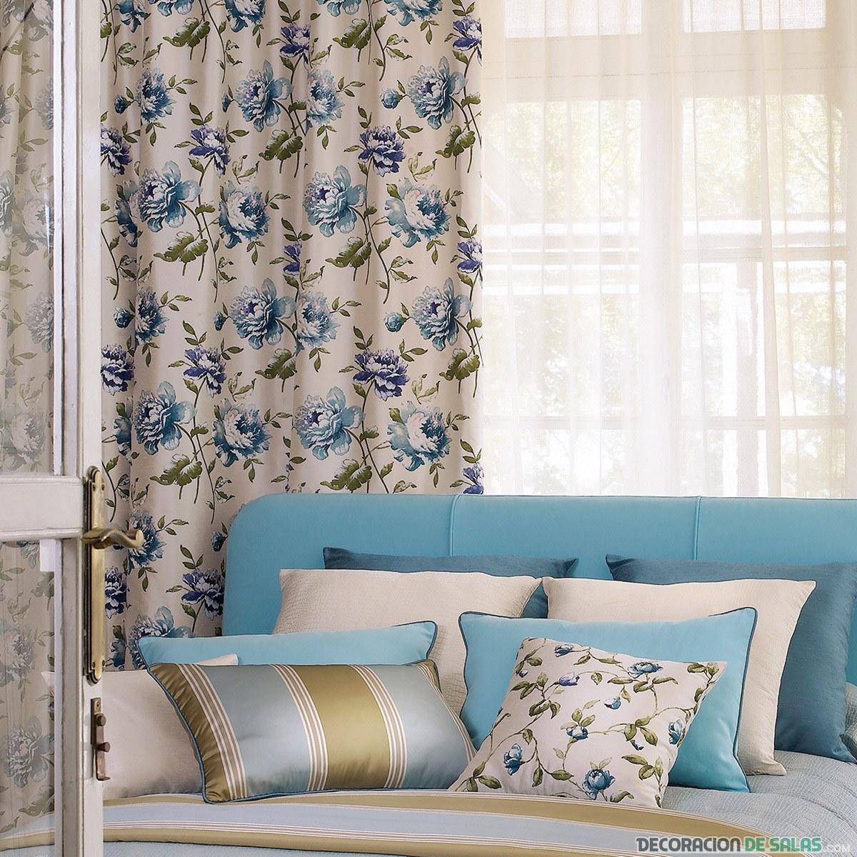 cortinas estampadas en azul con sofá azul