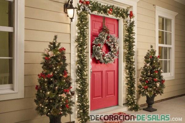 decoración con árboles de navidad en la puerta