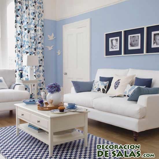decoración de salón con pared azul