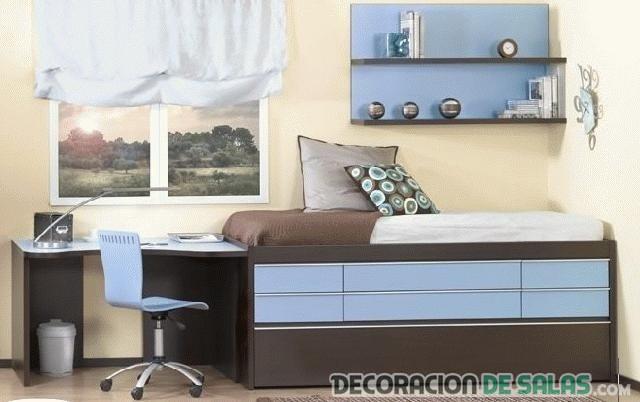 dormitorio azul y marrón pequeño