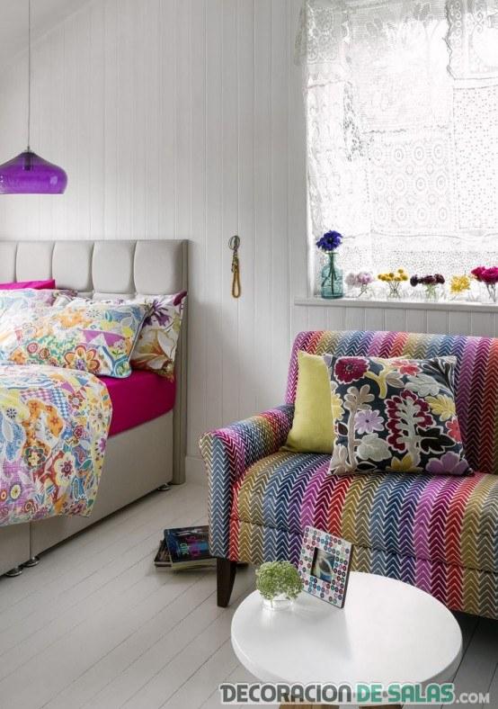 dormitorio bohemio con paredes en blanco