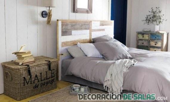 dormitorio con mesitas rústicas y originales