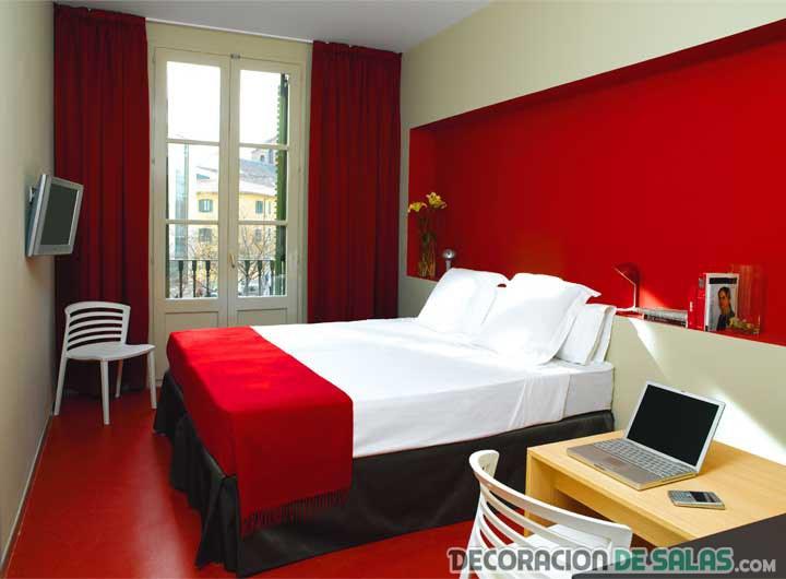 dormitorio con pared principal en rojo